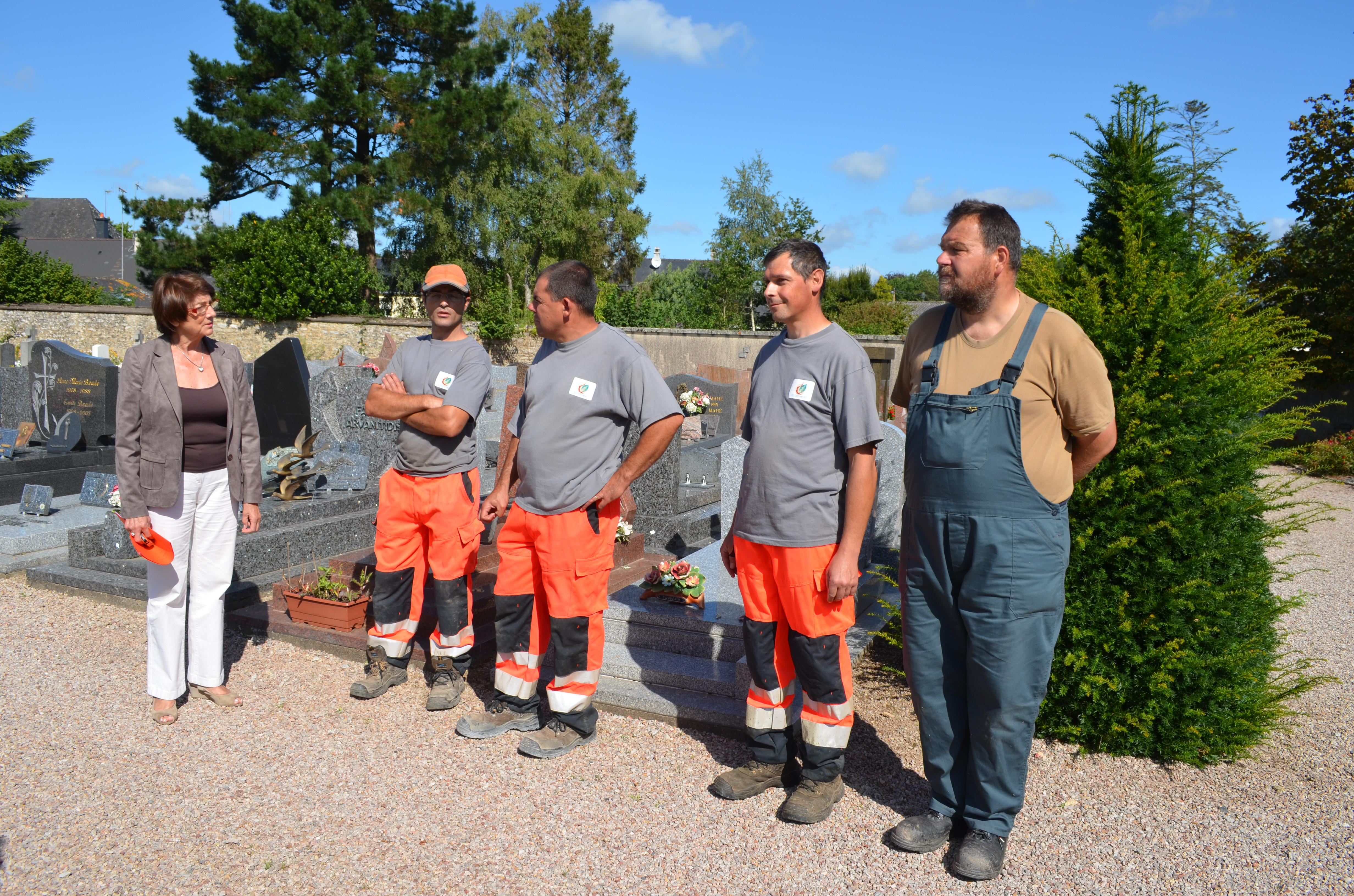 Marie-Annick Martin, le maire avec l'équipe des services techniques dont Denis Le Botte (à droite) chargé du nettoyage du ciemtière