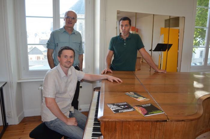 Olivier Tostivint, directeur de l'école de musique au premier plan, Alain Hervé, vice-président de Ploërmel communauté chargé de l'action culturelle derrière lui et Laurent Duval, dirceteur des affaires culturelles de Ploërmel, à droite.