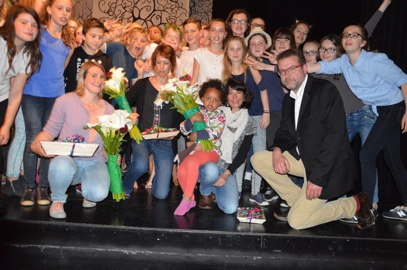 A la fin du spectacle, Elsa Burnel, Saozig Hamelin et Anna Roncière ont reçu des fleurs sur la scène parmi les élèves avec Hervé Le Vargueresse
