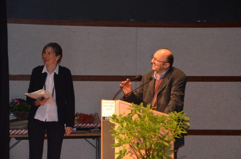 Fanny Larmet, à gauche, chef d'orchestre de la soirée et Alain Hivert, responsable des services techniques